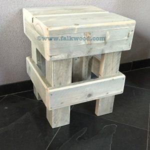 Krukje, nachtkastje of bijzettafel van greywash steigerhout